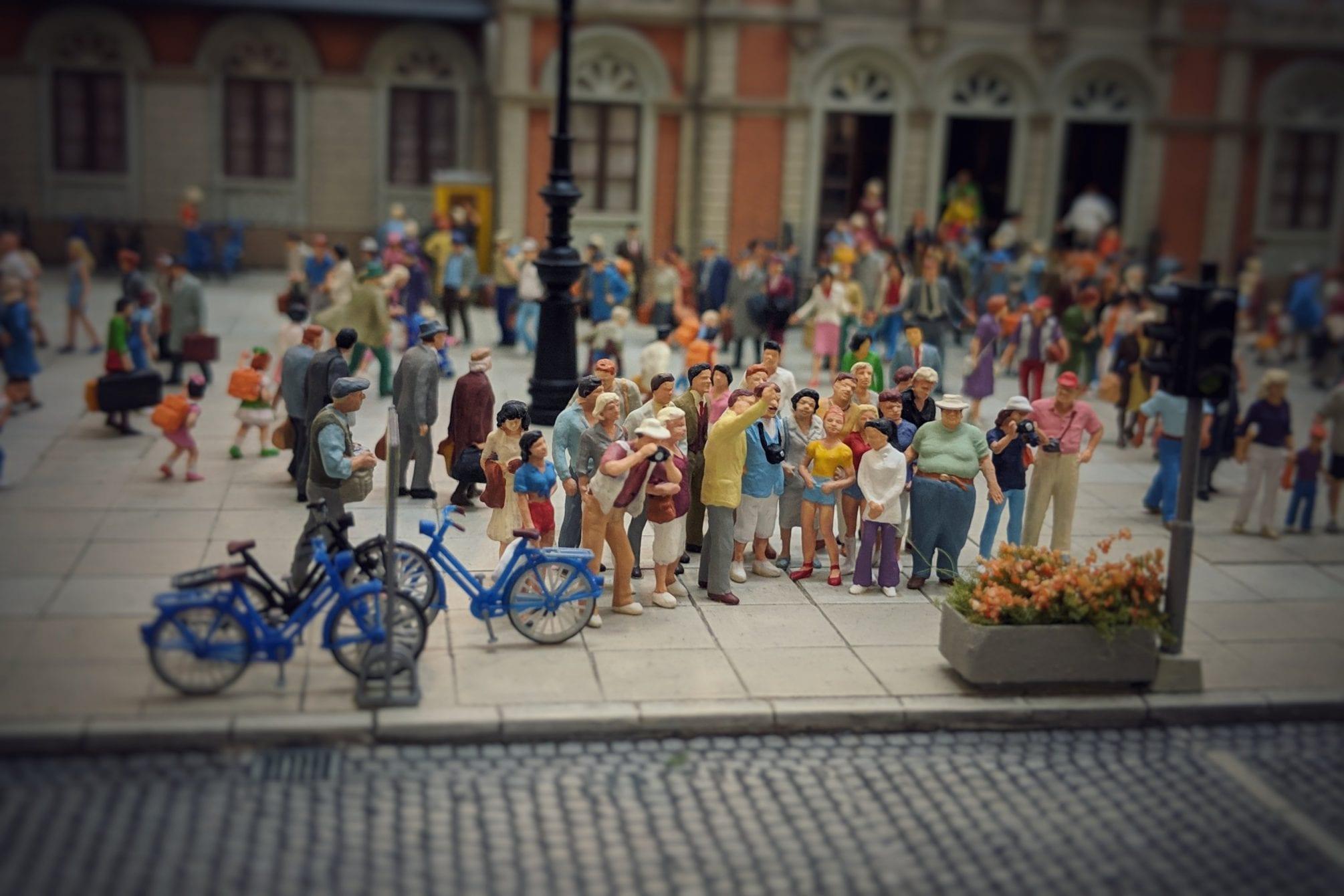 Preiser-Figuren in einem Bahnhofs-Setting, auf dem Bahnhofsvorplatz. Foto: eigene Aufnahmen; Figuren: Preiser