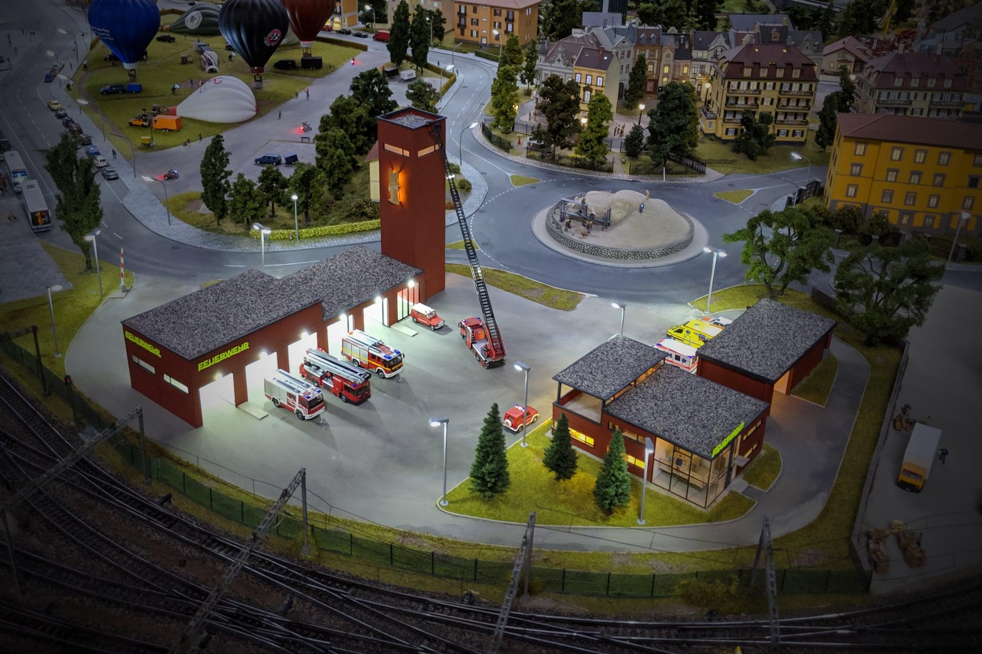 Die große Feuerwache auf der Modelleisenbahnanlage bleibt wohl an ihrem Platz im Traumwerk