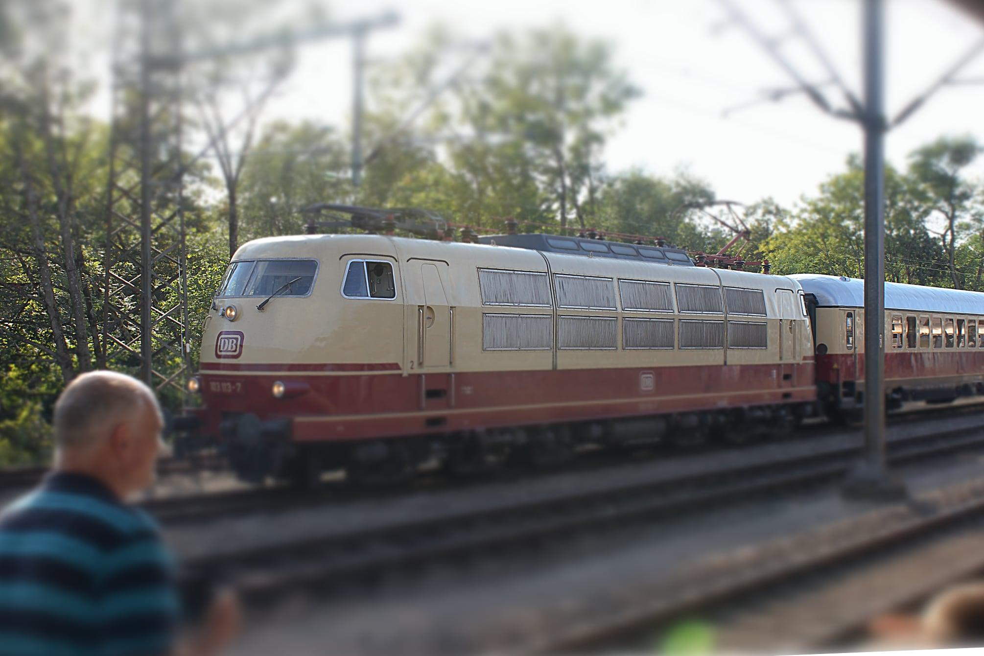Die Baureihe 103 im Bahnhof Göppingen.